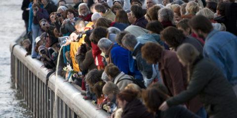 Afsluiting van de Ontmoeting, uitstrooien van het gekleurde zand van de Mandala in de IJssel door Rinpoche.