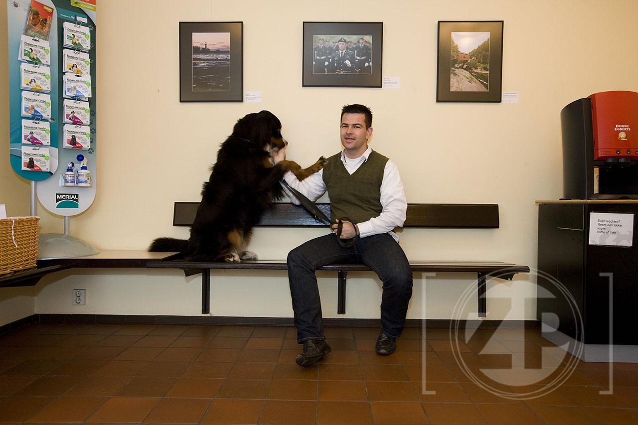 Patrick van Gemert met zijn hond Yemma in de wachtkamer bij dierenarts Barendrecht in Zutphen