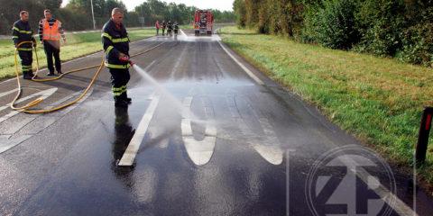 Winnende foto FotoGamma Leuven. Brummense brandweermensen spuiten de N-348 schoon nadat een Belgische vrachtwagen een deel van zijn lading slib was verloren ter hoogte van de rotonde bij Brummen.