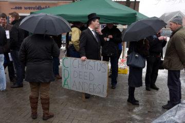 Protestmars in Laren Gelderland tegen de Q-koortsbeleid van het Ministerie van Landbouw, zo'n 1000 mensen liepen mee met de tocht. Nog even een sigaretje voorafgaande de mars.