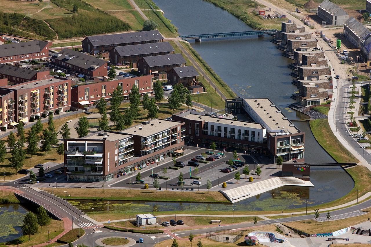 Winkelcentrum Leesten Oost met de Lawesbrug.