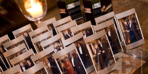 De Gelderse Business Club had vrijdag het kerstgala in de Roskam in Gorssel. De leden en hun partners hadden zich prachtig uitgedost en dat moest natuurlijk vastgelegd worden. Patrick van Gemert fotografeerde bij de ontvangst alle stellen en terwijl iedereen aanschoof aan het diner, verwerkte hij in rap tempo de beelden en zorgde voor kleurechte prints. Nog dezelfde avond kon iedereen zijn eigen foto in een lijstje mee naar huis nemen.