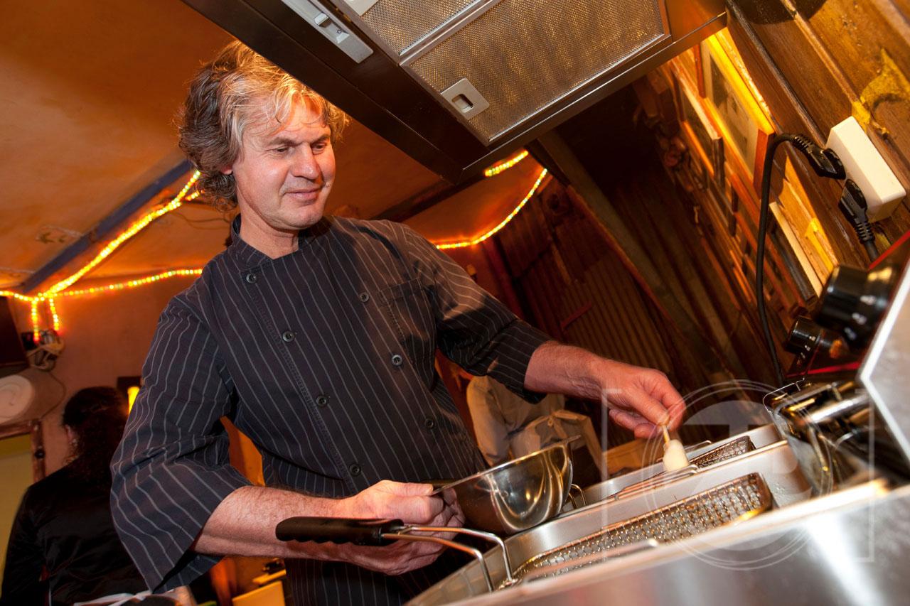 Deze kerst kun je lekker thuis tapas maken. Hoe? Dat vertelde kok Pierre Dekker van Fort Bronsbergen deze week in de Bon Vivant, de speciale feestdagenbijlage van de Stentor.