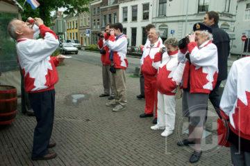 Op 5 mei 2002 liep fotograaf Patrick van Gemert een dagje mee met de Canadezen die Zutphen bezochten, het hoogtepunt van die dag leek toch wel het bezoek aan de haringkar van Hoekstra op de Overwelving.