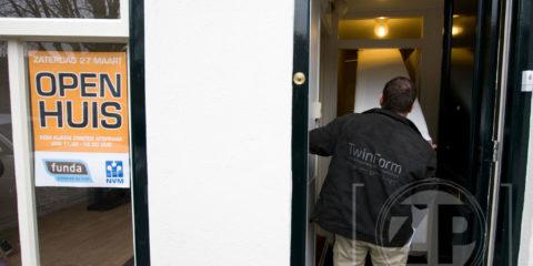 """""""De kans om ongedwongen een nieuwe woning te vinden."""" Met die kop opent de speciale krant van de NVM Makelaars die deze week uitkomt voor de Open Huizen Route. Zaterdag 27 maart doen de meeste NVM-kantoren en de woningen die bij hen te koop staan hun deuren open."""