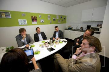 Hoe gaat het in de vastgoedbranche in de regio Stedendriehoek? Fiona de Heus nodigde vijf experts uit voor een rondetafelgesprek om hierover te praten. Piet Olde Rikkert van Rodenburg Bedrijfsmakelaars uit Apeldoorn, Rob Rutten van Aannemingsbedrijf Draisma uit Apeldoorn, Marco van der Laan van Aan de Stegge Bedrijfshuisvesting Twello B.V., Pim Vermuë van Reb-Van der Worp Bedrijfsmakelaars uit Deventer en Mannes Smelt van Thoma TBB Bedrijfsmakelaars uit Apeldoorn spraken samen over problemen en kansen. Lees het volledige verslag eind mei in De Ondernemer, de maandelijkse uitgave van dagblad De Stentor.