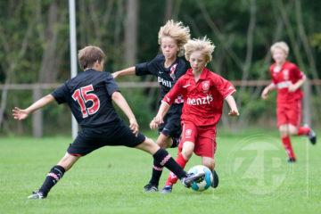 Afgelopen weekend werd in Vorden voor de twintigste keer het Wim Kuijpertoernooi gespeeld; een internationaal voetbaltoernooi voor D-junioren. De winnaar was Bayer 04 Leverkusen en de Fair Play Cup ging naar Vorden. Op deze foto zie je FC Twente tegen PSV.