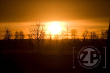 Zo kan een bedrijventerrein er ook uit zien: zonsopkomst vanmorgen vanaf De Revelhorst in Zutphen. Fotograaf Patrick van Gemert maakte even tijd om het beeld vast te leggen.