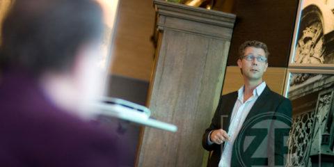 Op de foto geeft Marco Strijks een presentatie in het Ondernemerscafé over social media en life hacking. Copyright | Patrick van Gemert, Zutphens Persbureau.