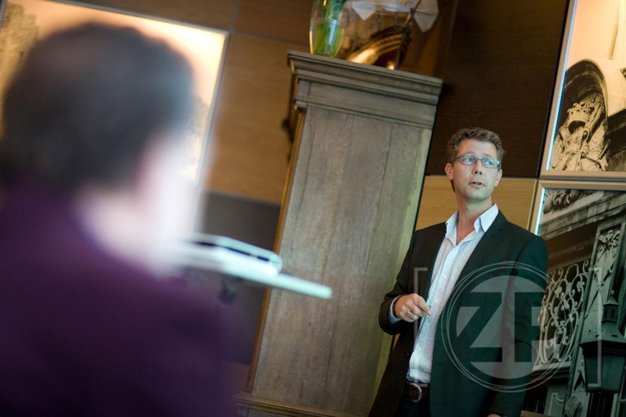 Op de foto geeft Marco Strijks een presentatie in het Ondernemerscafé over social media en life hacking. Copyright   Patrick van Gemert, Zutphens Persbureau.
