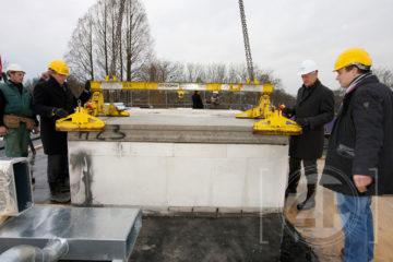 Zorginstelling Sutfene bereikte deze week het hoogste punt van de nieuwbouw aan de Coehoornsingel in Zutphen. Met het plaatsen van het liftdak op dit deel, Vischpoort, werd dit moment officieel gemaakt. De heren H.C. Smit (directeur Koopmans Bouw) en W. Bakker (bestuurder Sutfene) hadden de eer om deze officiële handeling uit te voeren.
