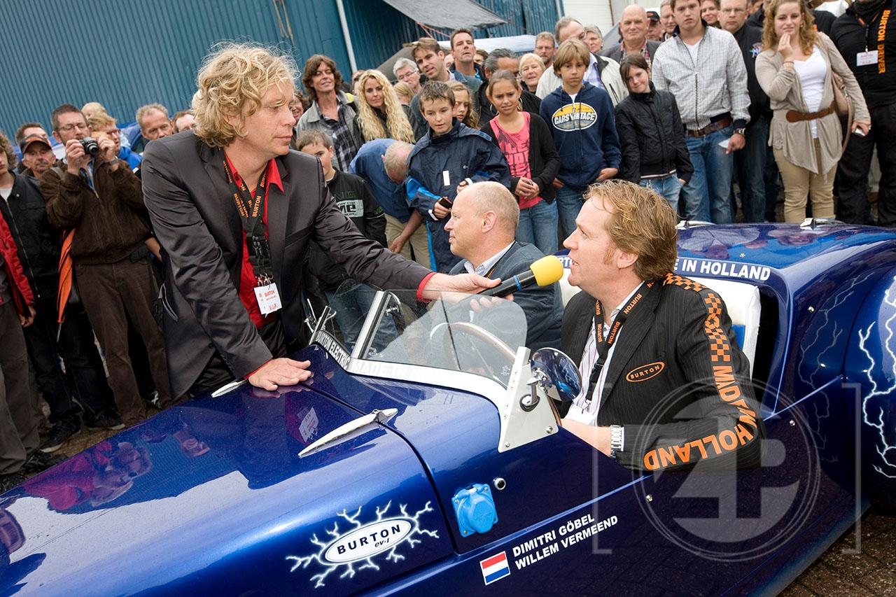 Open dag bij de Burton Car Company, veel belangstelling tijdens de presentatie van de Electric Burton. Iwan Gˆbel laat zijn broer Dimitri aan het woord over hun electrische Burton. Willem Vermeend zit op de bijrijdersstoel.
