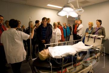 Open dag bij het nieuwe Gelre Ziekenhuis, belangstellenden nemen een kijkje in de traumakamer.