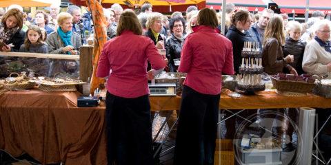 Chocoladefestival in Zutphen, bezoekers langs de kramen met chocolade.