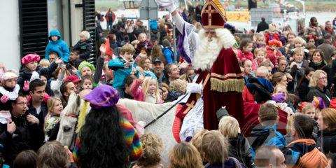 Intocht van de Sint in Zutphen, de hele stoet trekt vanaf de IJsselkade door de mensenmassa richting binnenstad...