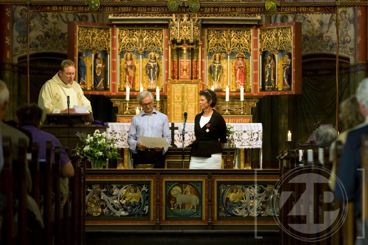 Fotograaf Patrick van Gemert haastte zich in het weekend naar de kerk in Vierakker. Daar kreeg Charlotte Bonga-Jonkvrouwe Tulleken (54) namelijk een hoge pauselijke onderscheiding. Zij heeft zich ingezet voor de restauratie van de Sint Willibrorduskerk in Vierakker. Patrick zette zich ook in om er een mooi beeld van te maken.