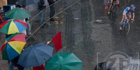 Ook een regenachtige zomer levert mooie foto's op. Patrick van Gemert was onder meer bij de wielerronde van Zutphen, die in de stromende regen gereden werd. Zutphens Persbureau is altijd overal. Weer of geen weer.