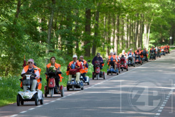 Dertig scootmobielers maakten vorige week een tochtje door de omgeving. De fotograaf reed er in zijn eigen automobiel achteraan en legde het uitje vast. Stichting Platform Gehandicapten & Chronisch Zieken te Zutphen organiseerde de dag.