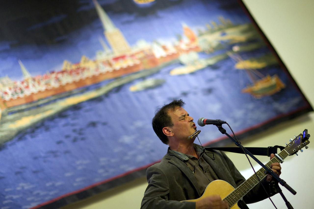 Ernst Jansz met vertaalde Dylan liedjes tijdens het Poezie diner in de Burgerzaal.