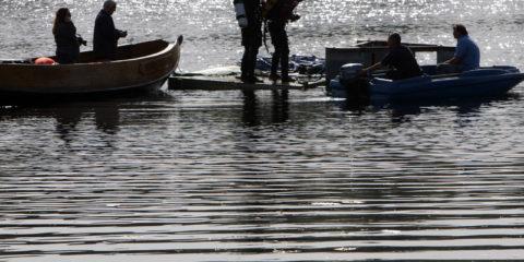 Vervanging van de fontein in de Grote Gracht, de duikers maken zich klaar voor het verankeren van de fontein