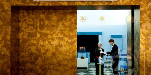 Vrijmetselarij in Zutphen, Zuster Gootjes en broeder Zweedijk in de tempel van Loge Sint Jan. Boven de ingang staat de lijfspreuk Ken u zelve.