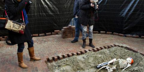Spectaculaire opgravingen in lochem, op de Kleine markt is een ijskoningin opgegraven compleet met schaatsen, muts en een koker in hand het skelet dateert uit de 16e eeuw. IJskoningin uit ver verleden opgegraven in LochemTijdens de laatste fase van de herinrichting van de Kleine Markt in Lochem is maandagochtend opnieuw een bijzondere ontdekking gedaan. Na de vondsten eerder dit jaar, de gave graven en de waterput, vond men tijdens de werkzaamheden wederom een goed geconserveerd skelet. Volgens nog onbevestigde bronnen zou het mogelijk gaan om een voormalige ijskoningin uit de 16e eeuw.Het skelet, dat opgegraven werd in de diepe lagen van de Kleine Markt, droeg schaatsen en een goed geconserveerde loden koker. Bij opening van de koker, door archeologen, bleek het echter te gaan om een ludieke actie van het nieuwe evenement 'Winterse Weken in Lochem' dat van 11 december t/m 7 januari plaatsvindt in de binnenstad van Lochem. De kunststofijsbaan vormt tijdens dat evenement het centrale punt van de activiteiten die gedurende die periode georganiseerd worden.'De ijskoningin was haar tijd ver vooruit, ze verheugde zich toen al op de winterse gezelligheid in de binnenstad', lacht een woordvoerder van het organisatiecomité. 'Maar we hoeven geen eeuwen meer te wachten: vanaf 11 december is iedereen welkom op onze ijsbaan'. Informatie over het evenement is te vinden op de website van de Lochemse ondernemersvereniging www.lovlochem.nlNoot voor de redactie: Voor meer informatie kunt u contact opnemen met de organisatie van de 'Winterse weken in Lochem', contactpersoon Susan Hofs. Tel. 06-54 25 44 70 of info@organisatiepartner.nl