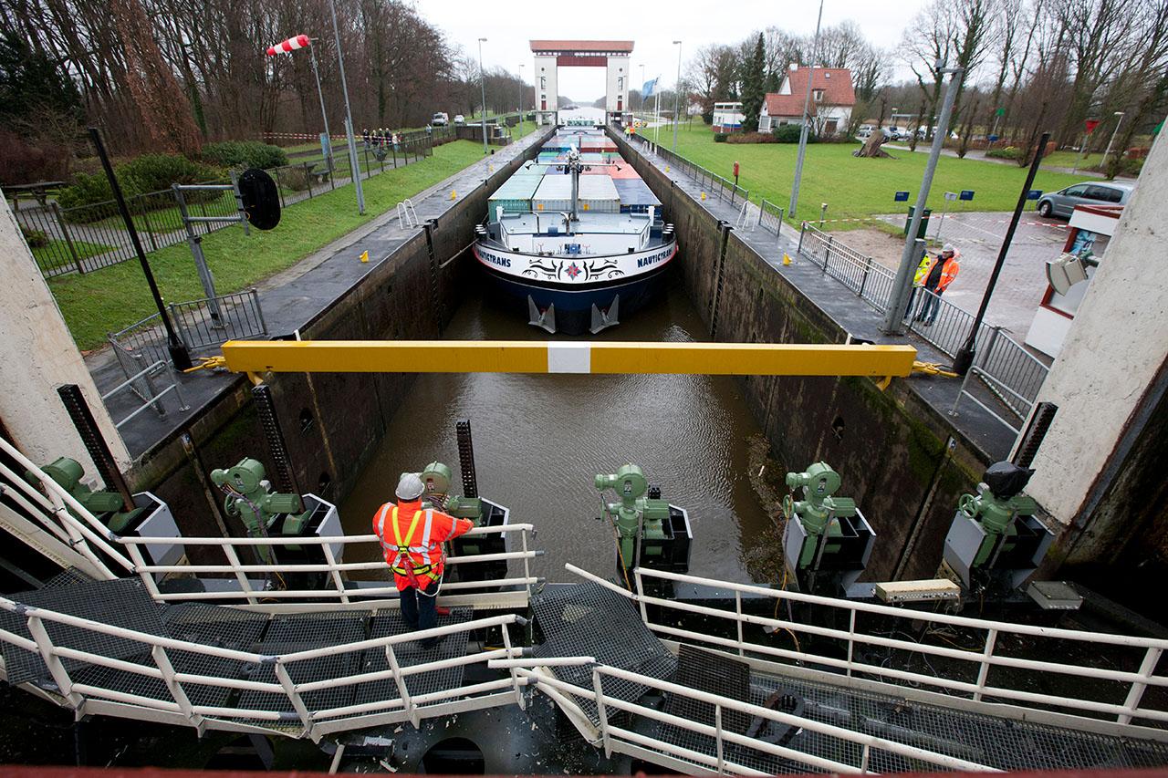Bij de sluis in het Twentekanaal bij Eefde is de sluisdeur aan de kant van de weg naar beneden gevallen. Inspectie aan de gevallen deur.