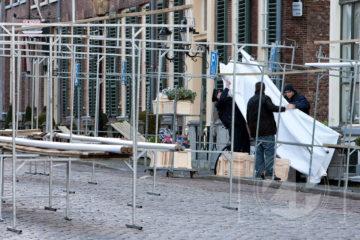 Storm over Zutphen. Lege marktkramen op de markt. Door de harde wind bleven donderdag veel marktlui thuis, de enkeling die er wel stond had behoorlijk last van de wind.