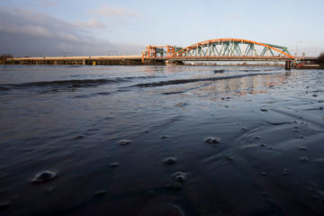 Hoog water bij Zutphen, de oude IJsselbrug in het ochtendzonnetje.