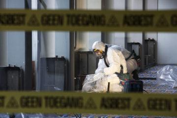 Asbestsloop. Medewerkers van Oranje B.V. zijn in een afgeschermde ruimte bezig met het verwijderen van asbest in het oude Gelreziekenhuis.