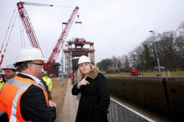 Minister Schultz van Haegen brengt een bezoek aan de sluis in Eefde, tijdens het bezoek gaf zij aan dat er een tweede schutkolk bij komt. Voor de extra schutkolk bij sluis Eefde trekt Schultz van Haegen 69 miljoen euro uit. De werkzaamheden die in 2014 starten, zijn naar verwachting in 2017 klaar. Per jaar varen 15.000 schepen door de sluis. De komende jaren wordt duidelijk hoe en wanneer de Twentekanalen worden uitgebreid.