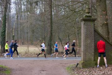 Acht kastelenloop rondom Vorden, deelnemers lopen over de Almenseweg. Plaspauze bij het Enzerinck.