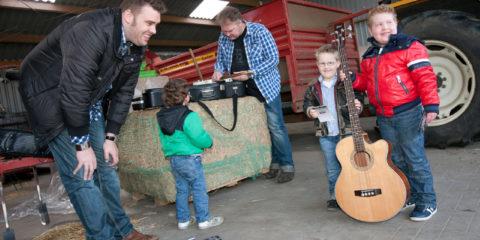 Mart en Leon luisteren onder de kapschuur naar Mooi Wark, de jongens uit Eibergen kregen de verrassing van Stichting Doe een Wens.