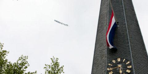 Dodenherdenking 2012. Een reclamevliegtuigje vliegt met de tekst Vorden is fout langs de Vordense kerktoren. De Joodse organisatie Tradition is Our Future (TOF) organiseerde de luchtactie en protesteerde daarmee tegen de dodenherdenking vanavond in Vorden waarbij ook gesneuvelde Duitse soldaten worden betrokken.