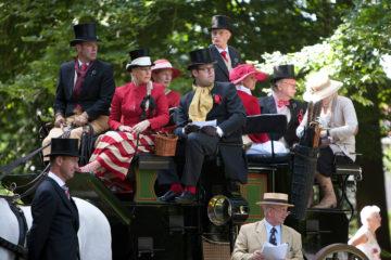 Ehzerwold kwam dit weekeinde een club van liefhebbers van het aangespannen paard bij elkaar. Deelnemers uit de hele wereld maken zich op voor de rit door de regio.
