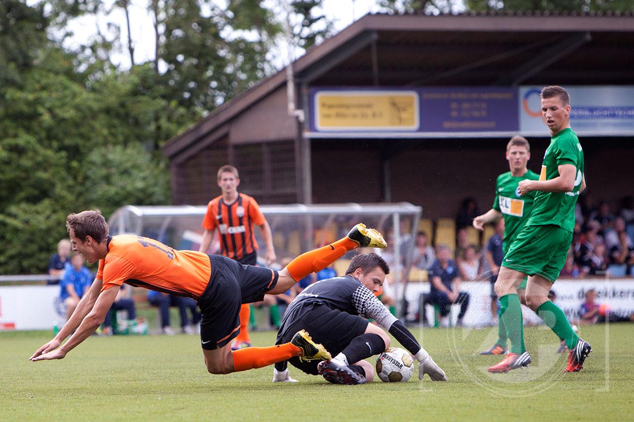 Voetbal, finale van het Unive Stad en Land internationaal A jeugdtoernooi bij Be Quick in Zutphen. Spelmoment uit de finale tussen de Graafschap en Shakhtar Donetsk.