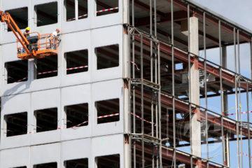 Bij het oude Gelre Ziekenhuis zijn de sloopwerkzaamheden in volle gang. Deze week is men begonnen met het ontmantelen van het gebouw, de slopers halen met hoogwerkers en kranen de gevelbeplating weg zodat het karkas van het oude ziekenhuis zichtbaar wordt. De verwachting is dat in het derde kwartaal van 2013 de sloop helemaal gereed is.