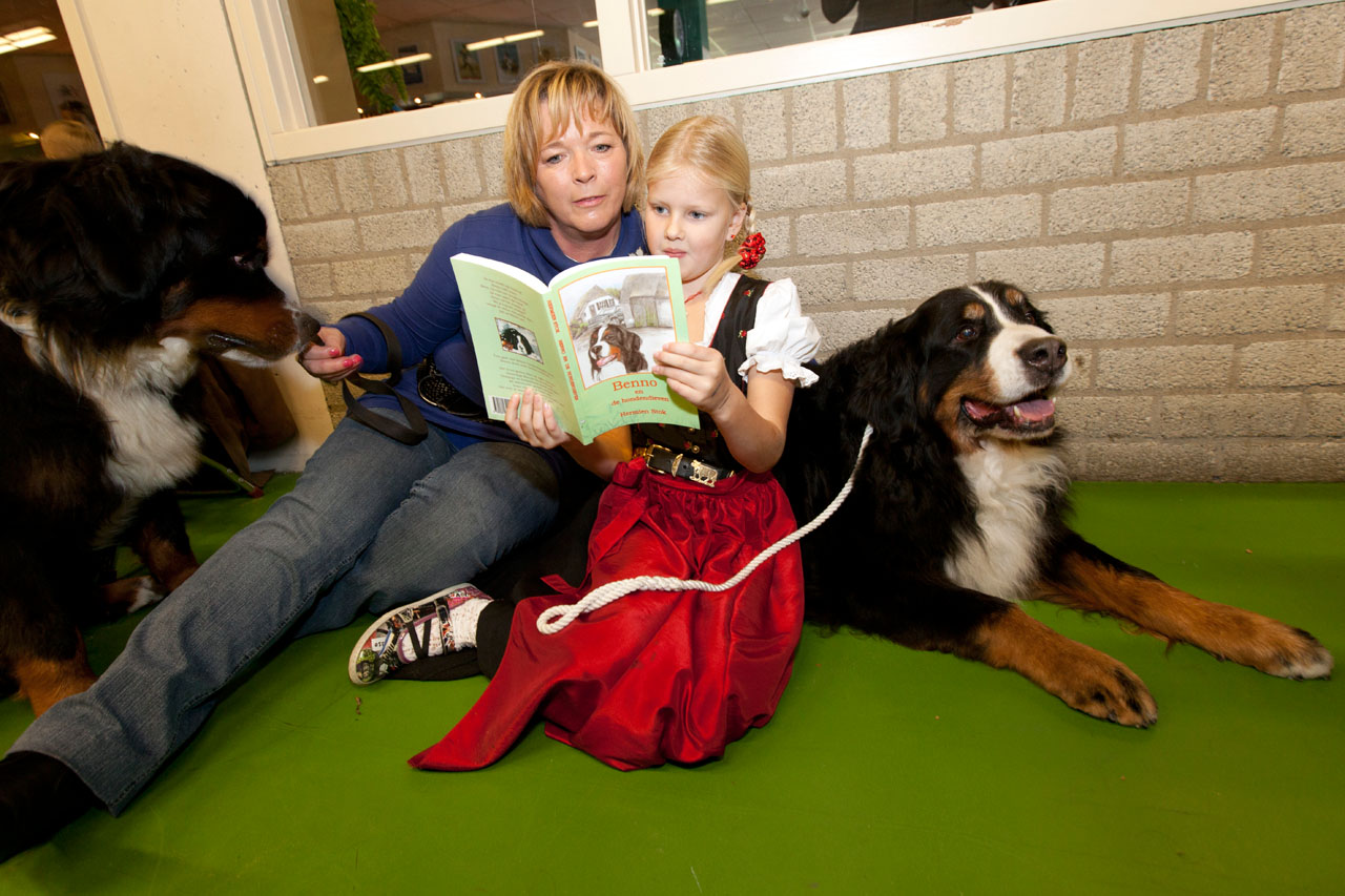Febe van Zetten, in Zwitserse klederdracht is helemaal gek van Berner Sennenhonden, zij kreeg zondagmorgen in de Hanzehal het 1e exemplaar van Hermien Stok van het kinderboek Benno en de hondendieven.