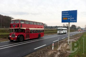 Opening nieuwe deel N348 tussen Zutphen en Eefde, genodigden met de bus over het nieuwe asfalt.
