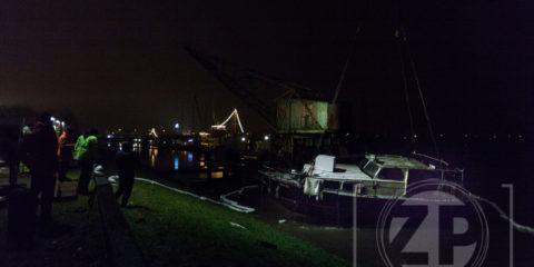 Berging van gezonken pleziervaartuig in de Zutphense Houthaven.