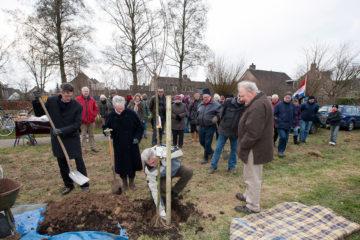Feestelijke opening van Buurtboomgaard Braamkamp. Wethouder Willeumier plant samen met de notaris de notarisappelboom.