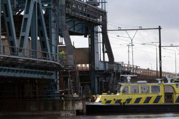 Aanvaring met de oude IJsselbrug bij Zutphen. Medewerkers van Rijkswaterstaat en de spoorwegen inspecteren de brug na de aanvaring.