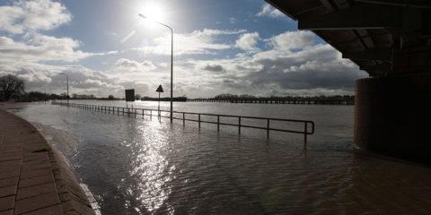 De onderdoorgang bij de Oude IJsselbrug is vanwege hoog water afgesloten.