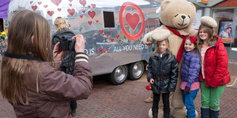 Woensdagmiddag stond de echte All you need is love caravan op winkelcentrum Dreiumme. Mensen konden met hun eigen camera een filmpje opnemen voor Valentijnsdag. Of gewoon even met knuffelbeer op de foto.