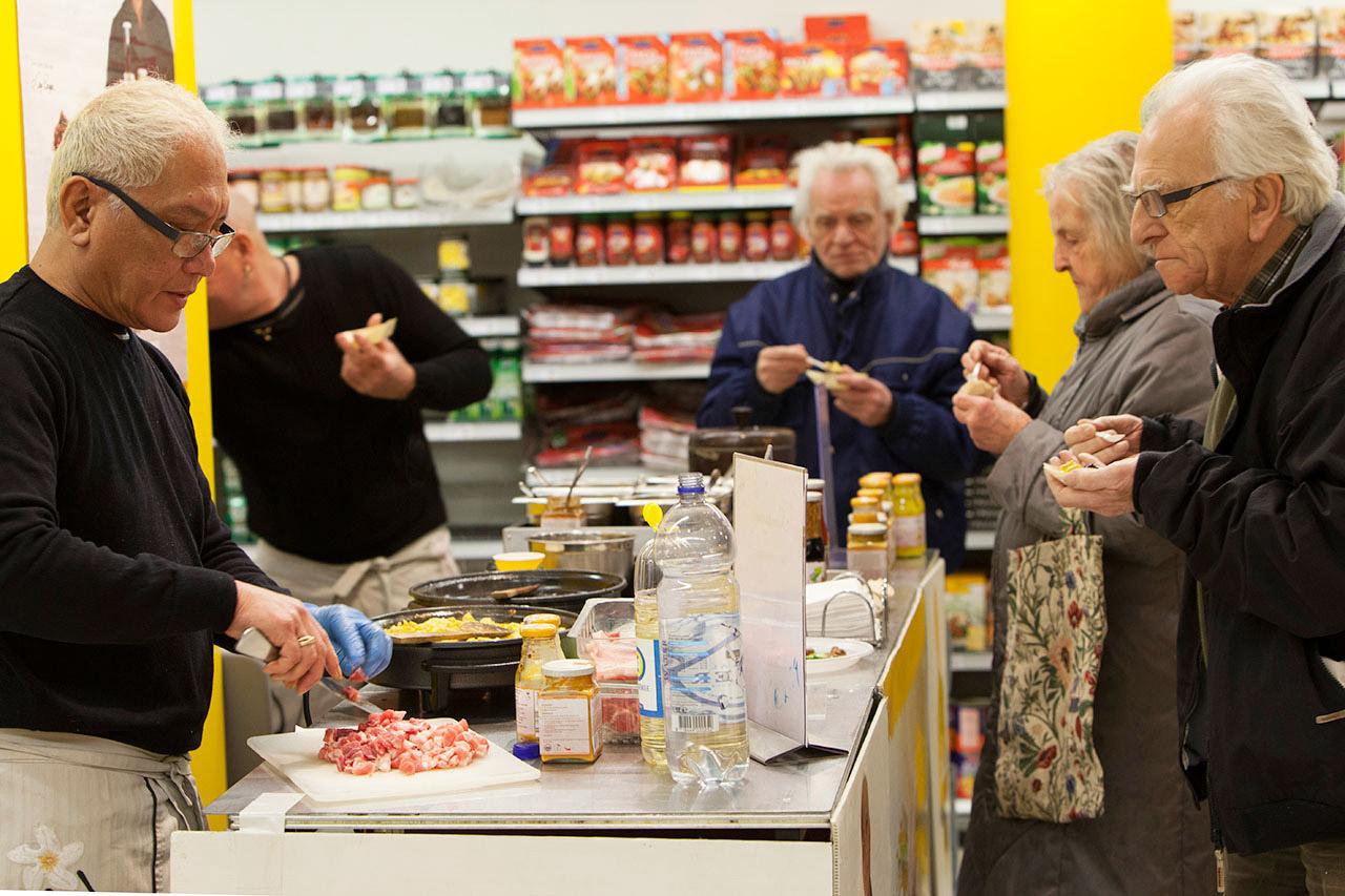 De bekende Indonesische topkok Lonny Gerungan gaf zaterdag een aantal kookdemonstraties bij Jumbo Supermarkt Zutphen ter ondersteuning van het merk Samasaya.