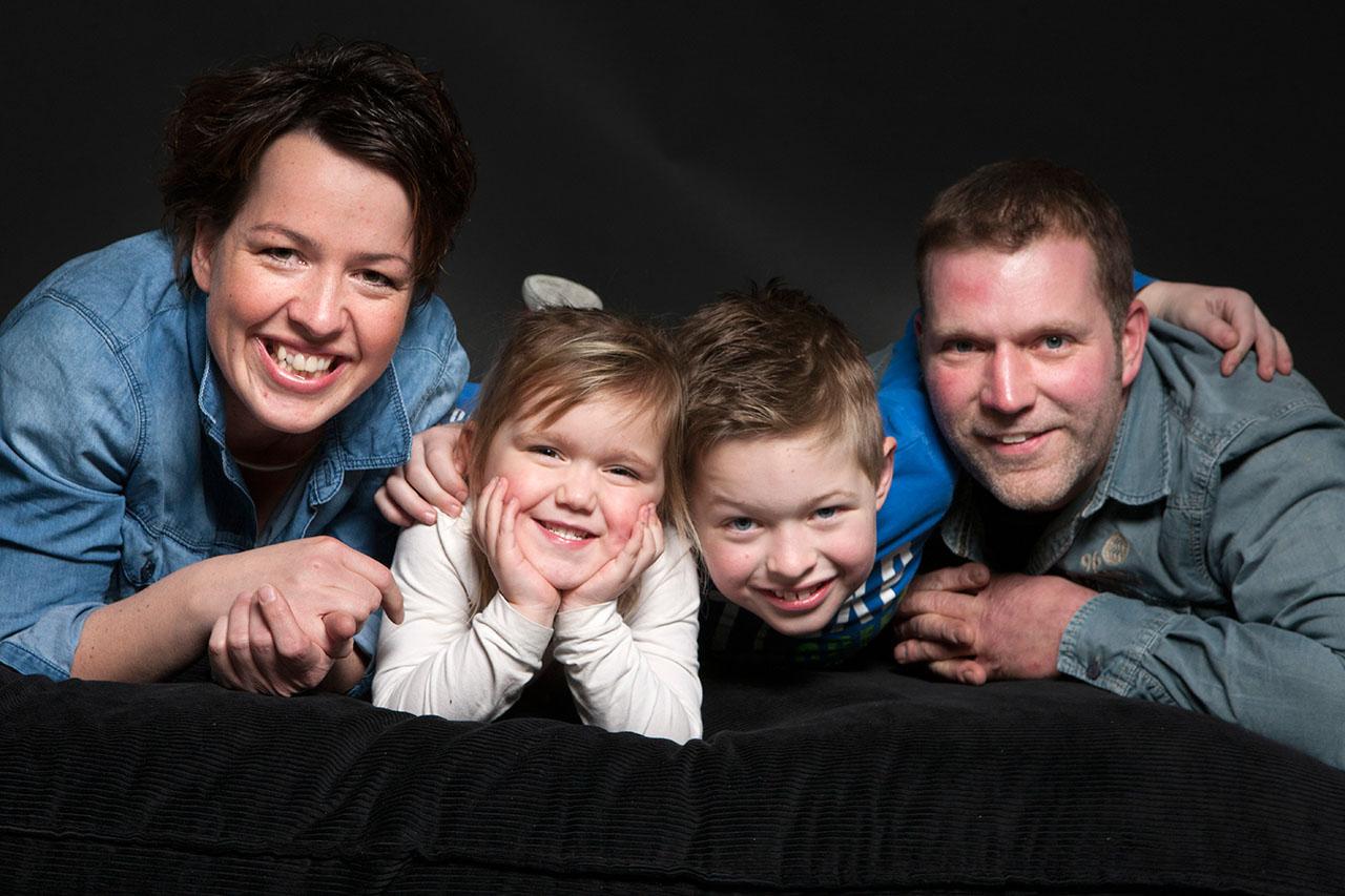 De winnaar van de fotoshoot is onlangs met zijn gezin gefotografeerd in onze studio. Omdat we blij zijn met al onze abonnees op deze nieuwsbrief verlootten we afgelopen jaar een fotoshoot onder de aanmeldingen. In oktober maakten we de winnaar bekend: de heer Rob de Weerdt van camping Tamaring uit Ruurlo.