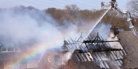 Felle brand in woonboerderij aan het Bongerdspad in Warnsveld. Tijdens het blussen verschijnt een regenboog.