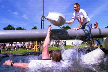 PVG.990620.01 Loo - Zakslaan boven de waterbak op het school en volksfeest..Foto: Patrick van Gemert.SA4 21-06-99