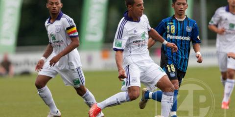 Voetbal, Unive stad en land toernooi bij Be Quick. Spelmoment uit de finale tussen Gamba Osaka en RSC Anderlecht.
