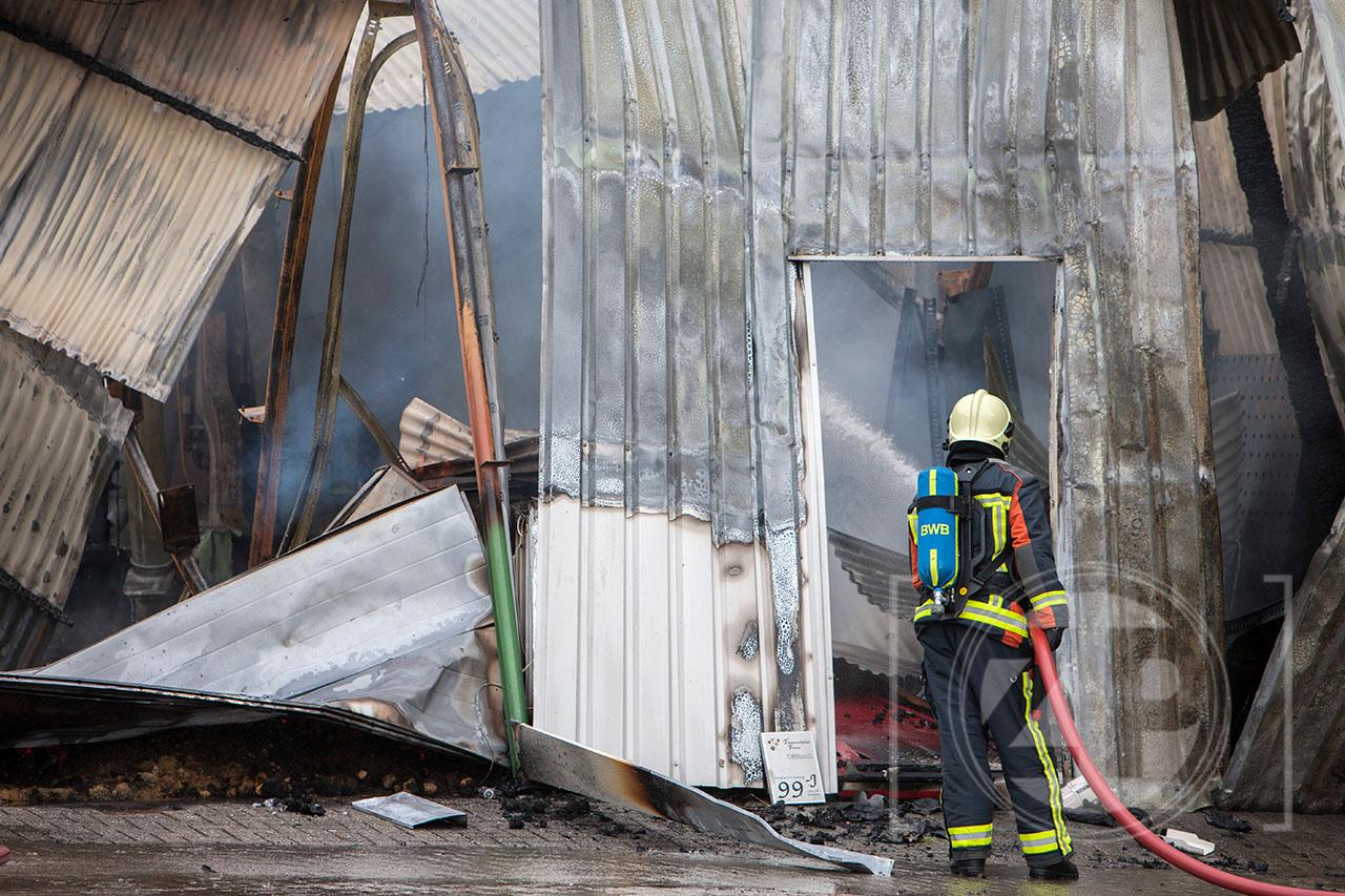 Grote brand in bedrijfsverzamelgebouw aan de Zweedsestraat. Brandweermensen bezig met de bluswerkzaamheden.